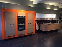 Italiaanse keuken met kastenwand en apparatuur