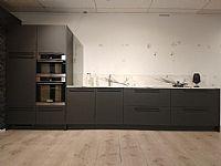 Lange zwarte keuken
