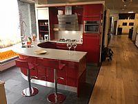 Moderne rode keuken met rond schiereiland