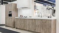 Rechte Keuken met houtmotief en BORETTI Apparatuur