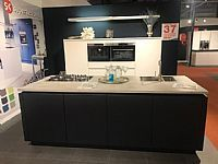 Mat gelakte greeploze witte keuken
