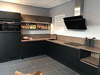 Mat zwarte greeploze keuken