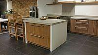 Showroom keuken met teak fineer fronten