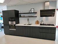 Zwarte houtlook keuken met wit composiet werkblad